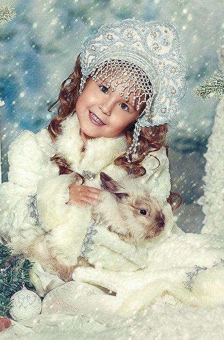 """Pretty girl in Russian """"Kokoshnik"""""""