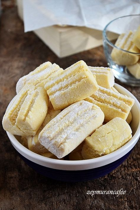 Sırlarıyla un kurabiyesi tarifi.Un kurabiyesi tarifini istemiştim Konya da bir börekçi, kurabiye dükkanından.Mağrur görünüşlü kendisiyle gurur duyduğu pek belli olan hanımefendi un kurabiyesi nasıl ...