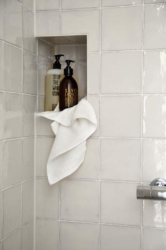 KARWEI | Kies in de badkamer voor getrommelde tegels voor een levendig effect. #karwei #badkamer #wooninspiratie