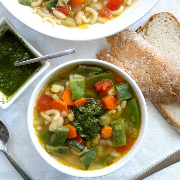 Sopa francesa de verduras (soupe au pistou). El secreto es el pistou, una salsa parecida al pesto, incorporado a la sopa justo antes de servir.