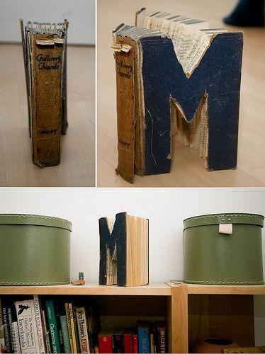 Um modo criativo de usar aqueles livros velhos e desgastados! #Upcycle de livros em enfeite; recorte-o no formato da primeira letra de seu nome e transforme o ambiente na sua cara! www.eCycle.com.br Sua pegada mais leve.