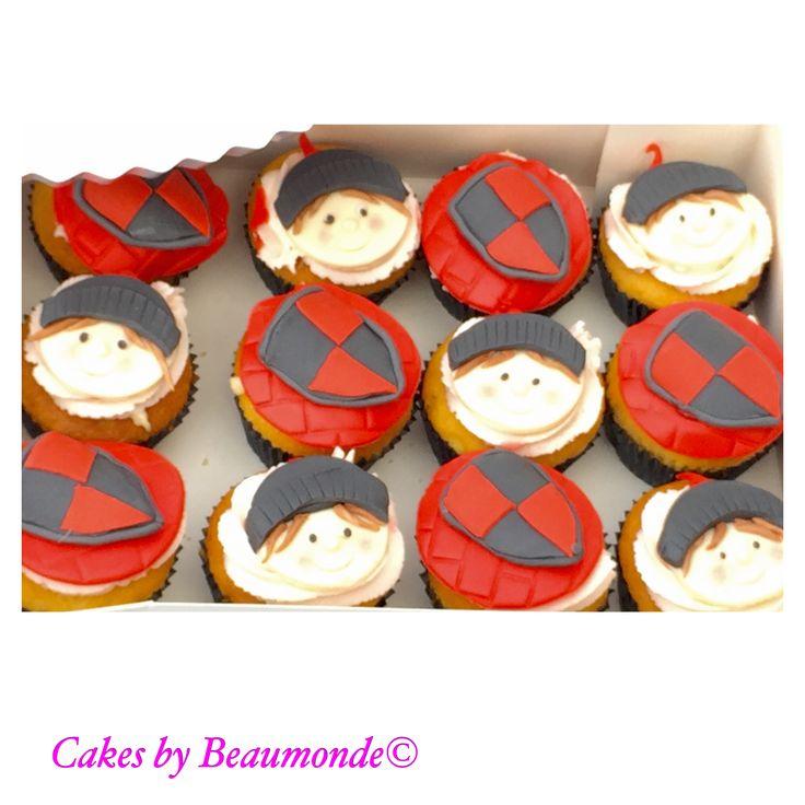 Ridder cupcakes, gevuld met een heerlijke zwitserse room en een toef van aangevette aardbeien slagroom