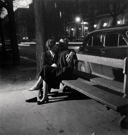 Couple embrasser dans la nuit |Paris 1950 |¤ Robert Doisneau