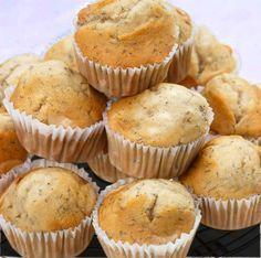 Estos muffins de plátano son muy jugosos, frescos y naturales. La receta es fácil y se pueden tomar templados o fríos.