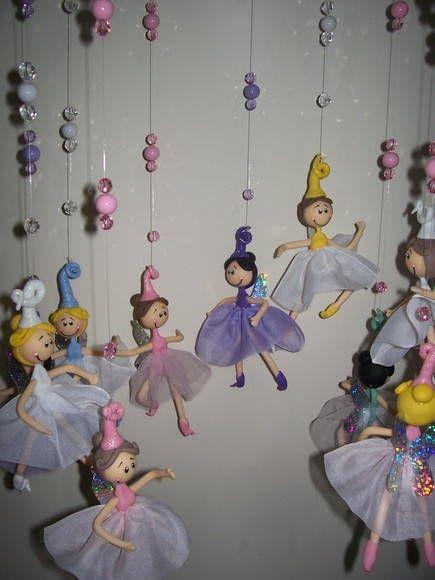 Delicadas fadinhas e princesas de biscuit que dançam com o vento. Cores diversas. Se encante com elas!!! Tamanho das fadas aproximadamente 12cm de altura por 6cm de largura. Com o cordão de nylon mede aproximadamente de 70 a 74 cm. R$ 10,00