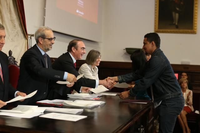 La Universidad de Salamanca y Banco Santander entregan 155 becas internacionales del curso 2014-2015   Sala de Prensa