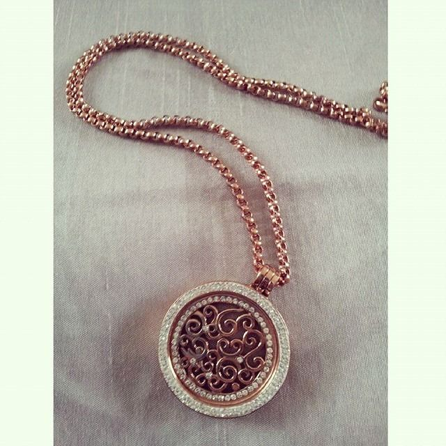 This gorgeous all rose gold Nikki Lissoni necklace set looks amazing, especially the bright sparkly swarovski pendant!  Thanks to Lindsay Nicole (@lindsaynicole94) on Instagram for posting this great photo! -xx-