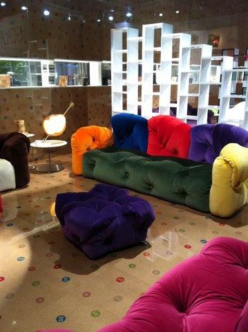 Sofá muito colorido para as famílias numerosas.