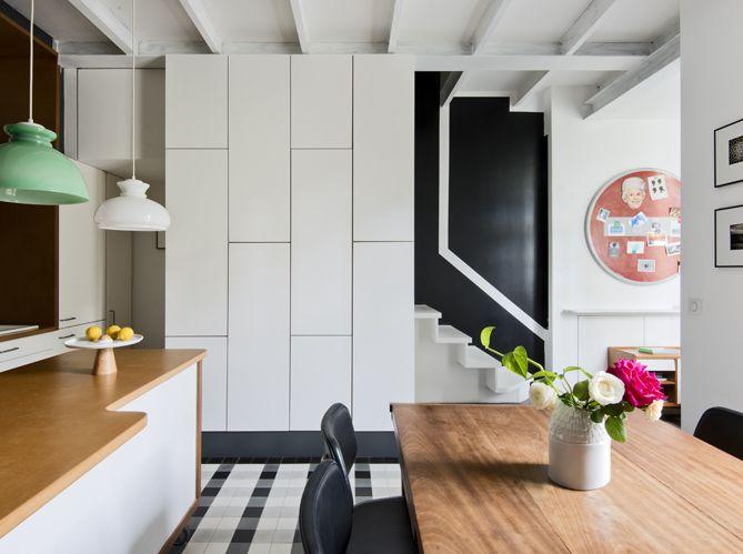 Une cuisine avec rangements intégrés