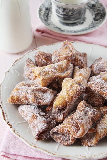 Cuando llega la Cuaresma, en Andalucía gusta disfrutar de los dulces de Semana Santa, las torrijas, la leche frita y por supuesto, los deliciosos pestiños. Preparar unos ricos pestiños en casa es muy sencillo. En lo que más se tarda es en freírlos.