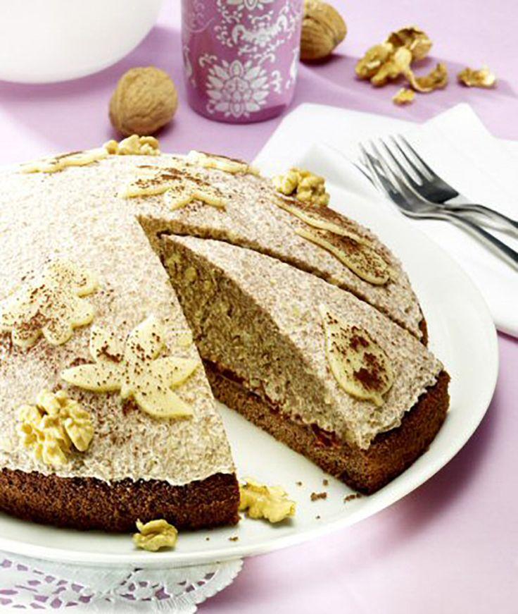 Eine sahnige Torte mit Pflaumenmus und Marzipan.
