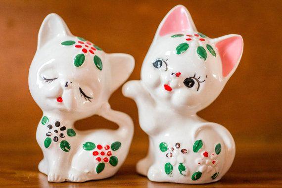 Vintage Cat sel et poivrières - fleur chatons - joyeux chatons blancs avec des fleurs rouges et verts - rétro Kitsch sel et poivrières