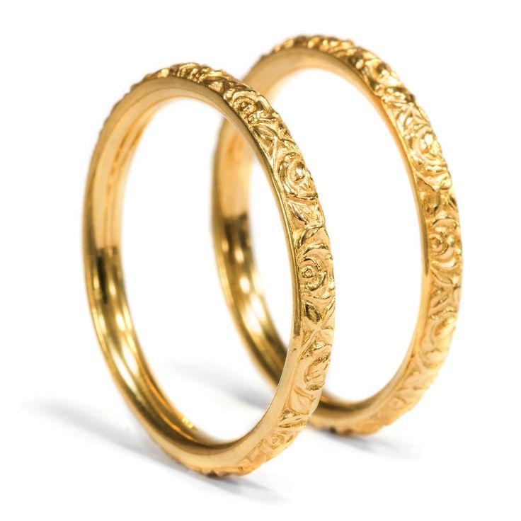 Rosige Zukunft in Gelbgold - Ungewöhnliches Paar Eheringe aus hochkarätigem Gold aus unserer Werkstatt von Hofer Antikschmuck aus Berlin // #hoferantikschmuck #antik #schmuck #antique #jewellery #jewelry // www.hofer-antikschmuck.de
