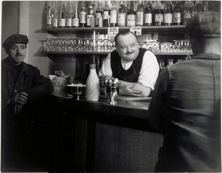 Bistrot parisien (avec bouteille de lait), Brassaï (1936)