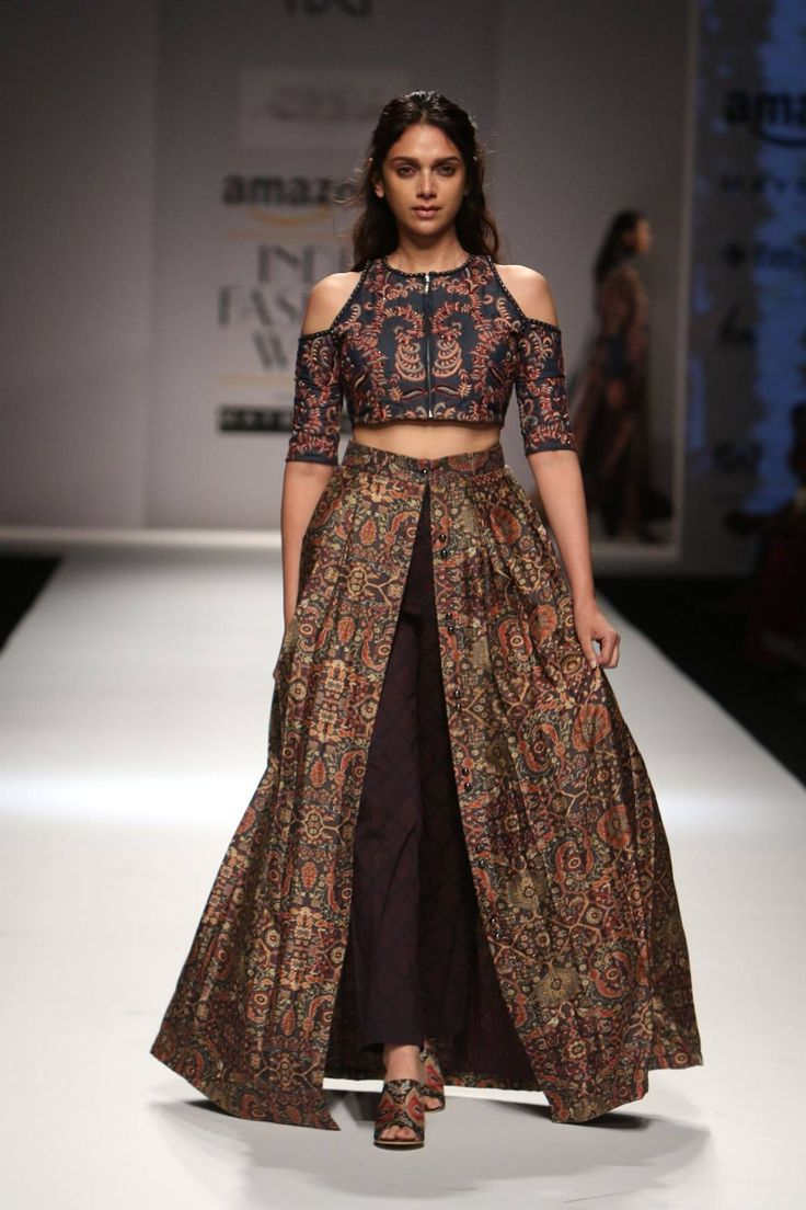 Designer Shruti Sancheti showcased her latest collection at Amazon India Fashion Week Autumn/Winter 2016. The collection consisted of dresses, crop tops and jackets in elegant silhouettes. The strong prints, colours and beautifully cut fabric created an alluring display. #amazonfashionweek2016 #aifw #catwalk #models #autumn #winter #fashionshow #indianfashiondesigner #strandofsilk #shrutisancheti #fashiondesigners