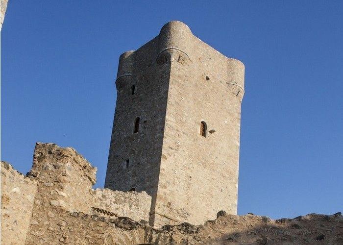 Αν βρεθείτε στην Μεσσηνιακή Μάνη, τότε μια βόλτα από τον Πύργο του Μούρτζινου, στην Καρδαμύλη, πρέπει να μπει απαραίτητα στο πρόγραμμά σας!
