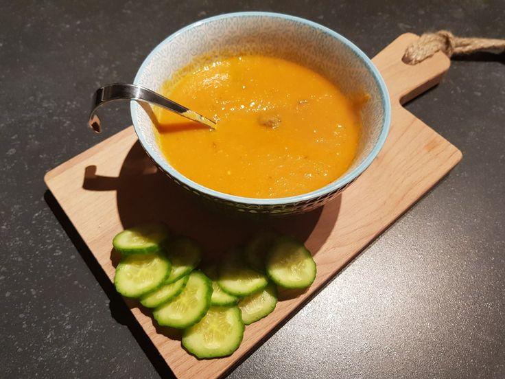 Tomatensoep met balletjes. Recept tomatensoep zonder pakjes en zakjes.  Verse tomatensoep van tomaten, wortel, ui, bleekselderij, kippenbouillon en knoflook. Zelfgemaakte soep met ballen. Recept gehaktballetjes voor in de soep. Voorgerecht, lunch, tussendoortje, snack. Gezond eten, soep met veel groente.