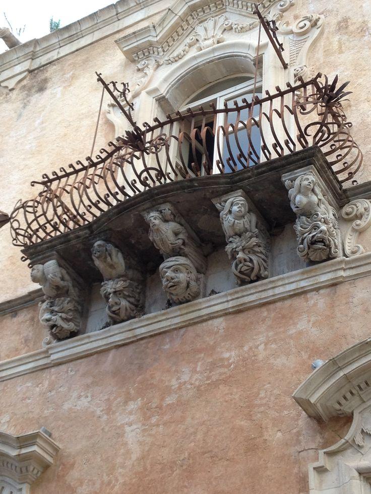 Balcon du palais Zacco, Raguse, Sicile, Italie