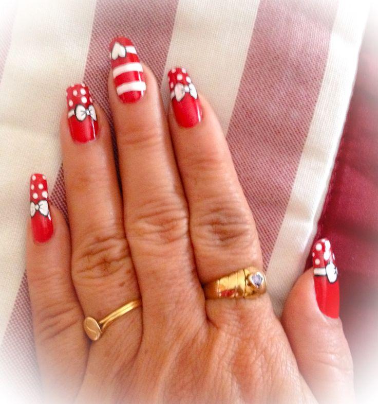 Moño, puntos, esmalte blanco  y rojo, decorado uñas manos