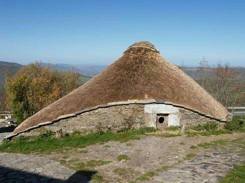 Пальясо-испанское жилище.   Это уже более основательное сооружение. Испанские дома пальясо делают из камня, их высота — 4–5 м, диаметр — от 10 до 20 м. Сам дом круглый или овальный, крыша — коническая, сделана из деревянного каркаса, обшитого соломой.  Окон может не быть вообще или же сделано одно, чисто символическое.