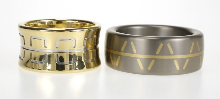Gouden en titanium trouwring, naar ontwerp van klant. Perfect uitgevoerd in de werkplaats van Metal Art. Speciaal design. / Weddingbands in gold and titanium, made like the design of our costumer.