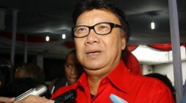 """Soal Kasus Megawati Begini Komentar Mantan Sekjen PDI Perjuangan  KONFRONTASI - Pelapor Ketua Umum PDIP Megawati Soekarnoputri terkait dugaan penodaan agama perlu membaca isi pidato putri kedua Soekarno itu dengan lengkap.  Demikian dikatakan Politisi senior Partai Demokrasi Indonesia Perjuangan (PDIP) Tjahjo Kumolo di Ancol Jakarta Rabu.  """"Mengikuti sebuah pidato itu harus utuh tidak bisa sepotong. Tidak bisa hanya membaca koran sepenggal media kan tidak menulis utuh hanya sepotong"""" kata…"""