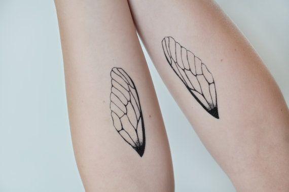 Ici nous avons une paire de tatouages temporaires de la libellule aile. Cette conception a été créé par Joelle Poulos. Chaque « pack » est une