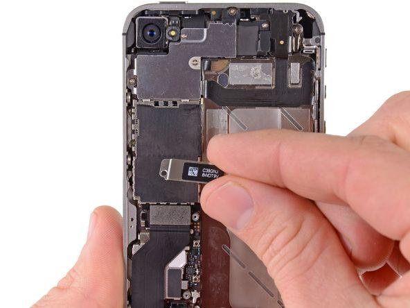 2. Fjern dock-kontakens kabeldeksel av metall.