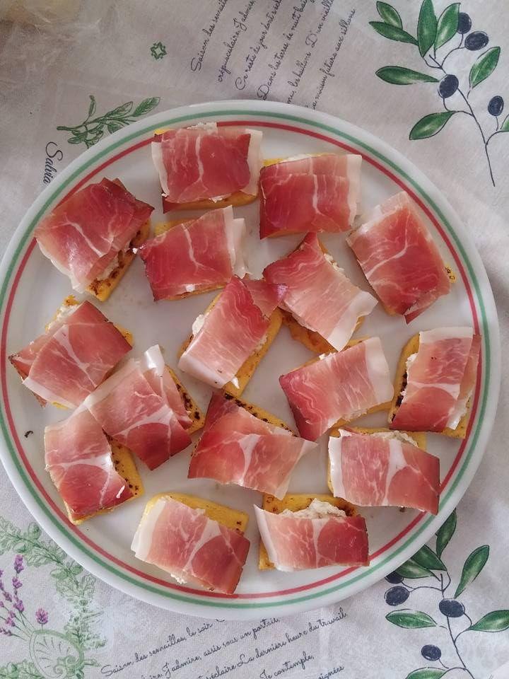 http://blog.giallozafferano.it/paola67/bruschette-di-polenta-con-speck-e-crema-di-noci/