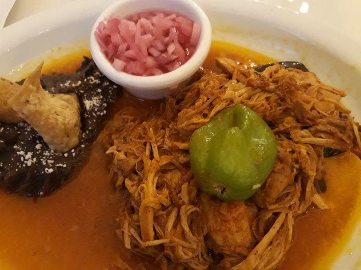 """Cochinita Pibil Este platillo se prepara con carne de cerdo adobada enachiotey envuelta en hojas de plátano, tradicionalmente se cocina dentro de un hoyo en el suelo sobre piedras calientes, pibil en lengua Maya significa """"bajo tierra"""".  Mérida, Yucatán   Restaurante La Chaya Maya"""