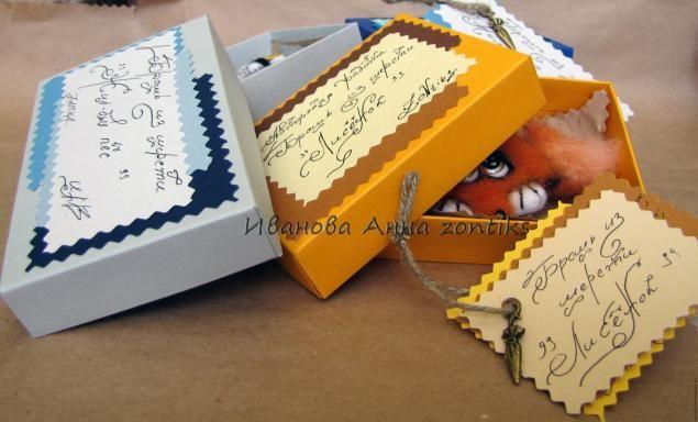 Материалы и инструменты: картон; пастельная бумага; клей Момент кристалл, клей карандаш; пенька или любой другой шнур; ножницы обычные, ножницы зигзаг; палочка для биговки (то чем вам будет удобнее работать(крючок, спица и т.д.); крафт-бумага; бусины, подвески; карандаш, линейка, фломастер; зажимы; дырокол. Коробочку мы будем делать для лисёнка, маленькой брошки.