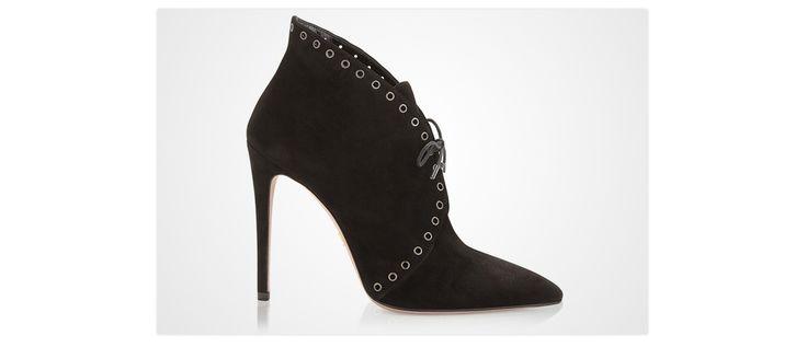 Des souliers en veau velours éclairés d'œillets argent, aux talons acérés de 12 cm, pour marquer la cadence de la Fashion Week et faire résonner ses pas sur les trottoirs glacés de New York.