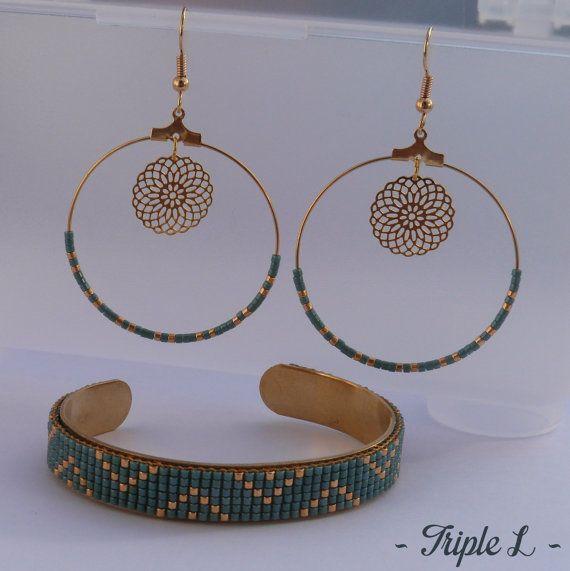 ~ DESCRIPTIF ~ Ce bracelet manchette LYNA est composé dun tissage fait main avec des perles de verre Miyuki et dune manchette en laiton. Couleurs des perles : vert turquoise - doré. Dimensions : 1 cm de large. ~ MATERIEL UTILISE ~ - Perles de verre japonaises Miyuki - Manchette en laiton brut  ~ ENVOI ~ Les bijoux sont envoyés en courrier suivi dans une enveloppe en papier bulle et soigneusement emballés.  ~ PRECAUTIONS DUSAGE ~ Ce bijou est fait à la main et avec soin. Il nécessite beaucoup…