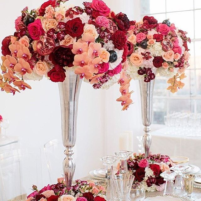 Mixing fuchsia, touches of peach and deep reds to make these glamorous and unique centerpieces :heart: Don't be afraid to mix contrasting colors, because this is what you can get when you do :point_up_2: