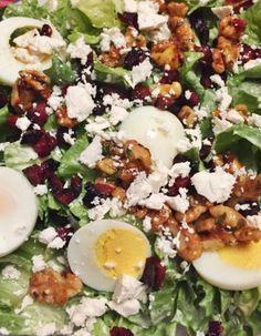 andijvie salade krop andijvie – in reepjes, zonder de harde stukken, gewassen; 1 hardgekookt ei – in plakjes, handjevol uitgebakken spekjes of uitgebakken stukjes chorizo, handjevol feta – verkruimeld, handjevol walnoten, 1 eetlepel honing, 2 eetlepels mayonaise, 2 eetlepels Turkse yoghurt, 1 eetlepel water, 1 teentje knoflook – geperst, kerriepoeder, peper en zout Andijvie als salade maken