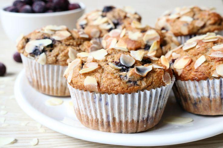 Healthy Blueberry Muffins - Sunday's are for baking! Ik dook vandaag de keuken in voor een lekker én gezond baksel: Blueberry Muffins! Want foute, maar oh-zo-lekkere hapjes omtoveren ineen gezonde variant blijf gewoon …