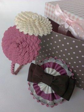 Mod. Sophie: Un bonito y dulce complemento confeccionado a medida en tonos rosa intenso, beige con lazada en marron chocolate. Se puede confeccionar en pinza o en diadema. Exponemos en la misma imagen el Mod. YoYo en dos tonalidades beige y rosa intenso....