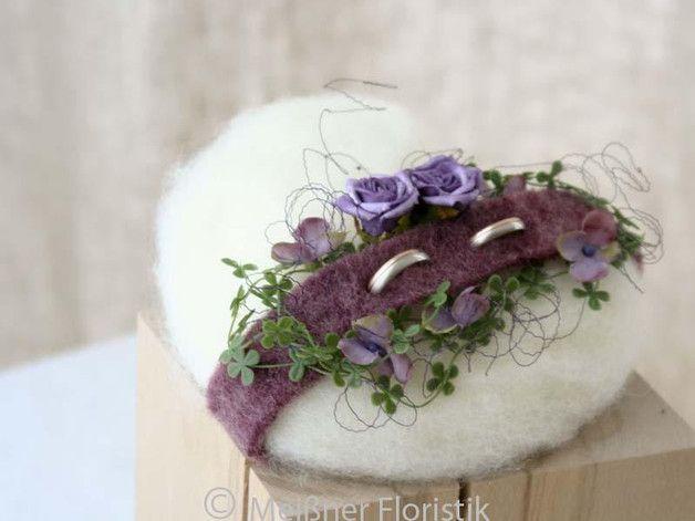 Ringkissen - Ringkissen gefilztes Herz lila beere - ein Designerstück von Meissner-Floristik bei DaWanda