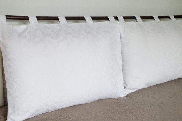 Cabeceira para pendurar em varão sobre a cama box.  São 2 capas para travesseiros com alças para pendurar.  Tamanho : 70 x 50 cm cada.  Tecido Adamascado  NÃO ACOMPANHA OS TRAVESSEIROS.  Outras tamanhos com orçamento sob consulta. R$ 138,00