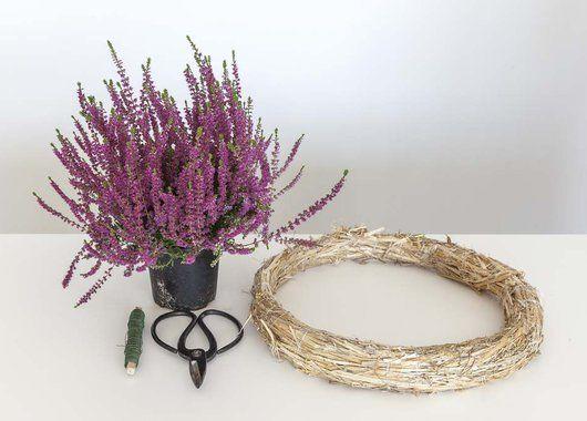 Du trenger 5-6 lyngplanter, halmring, saks og ståltråd på rull.