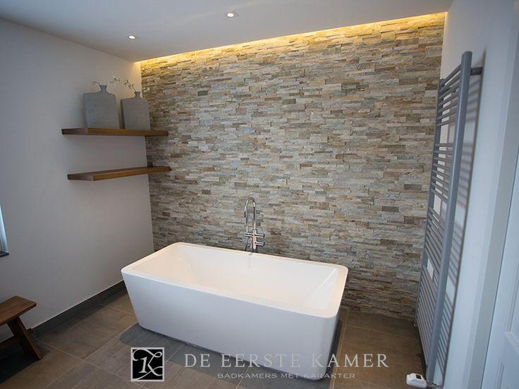 (De Eerste Kamer) Een complete badkamer met een schitterend vrijstaand bad. Meer foto's van onze complete badkamers vindt u op www.eerstekamerbadkamers.nl