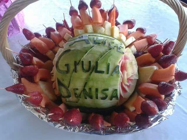 Cesto con anguria e spiedini di frutta