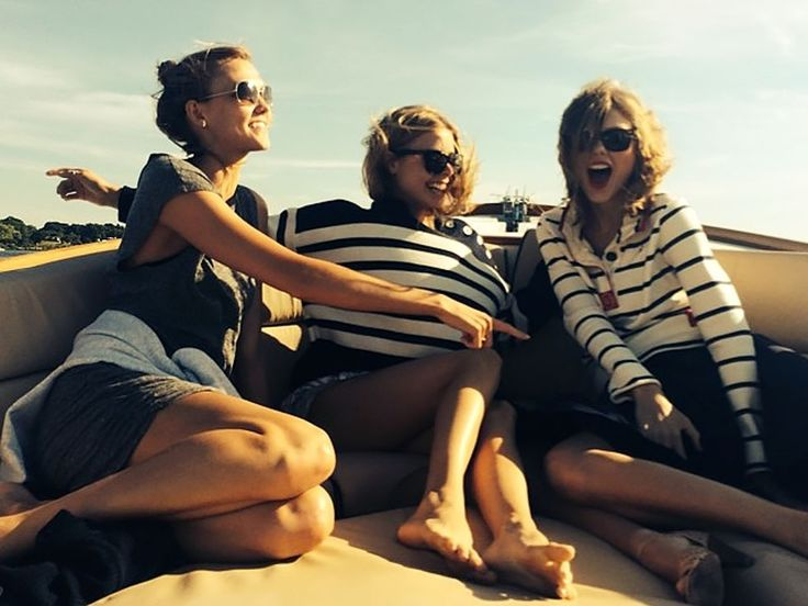 18 T-Swift Photos That Define Squad Goals - Cosmopolitan.com