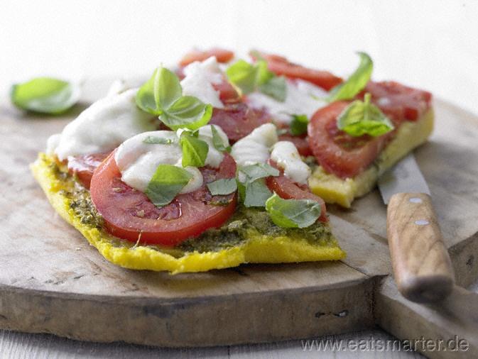 """Die klassische """"Margherita"""" mal auf ganz neue Art: Polenta-Pizza mit Tomaten und Mozzarella - smarter - Kalorien: 330 Kcal   Zeit: 25 min. #pizza"""