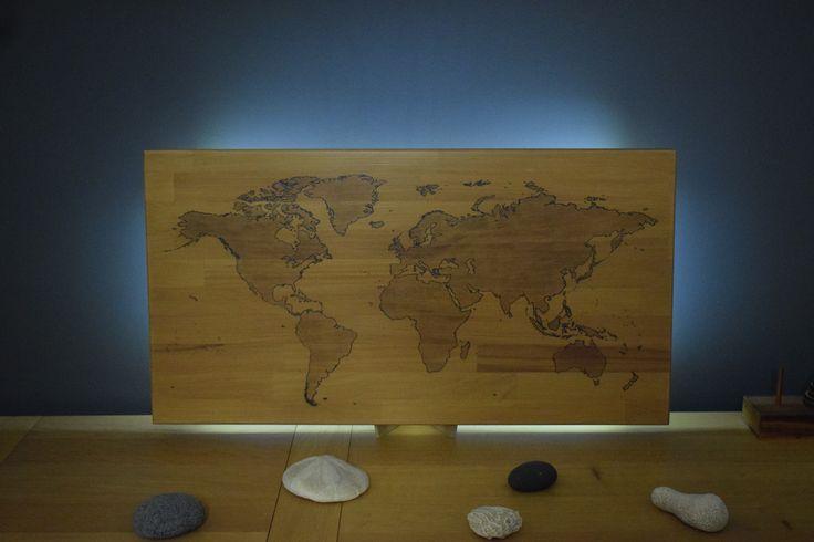 Wooden world map - Beechwood - Pyrography - Walnut - Carte du monde en bois de hêtre - Pyrogravure - Teinte brou de noix - Verni chêne clair mat