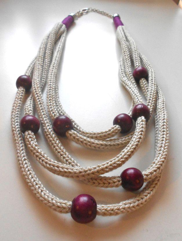 Collana realizzata interamente a mano con la tecnica del tricot. Il filato utilizzato per realizzare i tubolari è 100% cotone italiano di color grigio perla; lungo i tubolari invece si alternano...