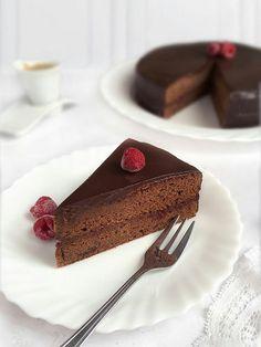 Tarta Sacher  es una de las más famosas en el mundo. Se trata de una tarta formada por dos capas de bizcocho de chocolate, entre ellas una capa de m... - Mari Angeles Domínguez - Google+