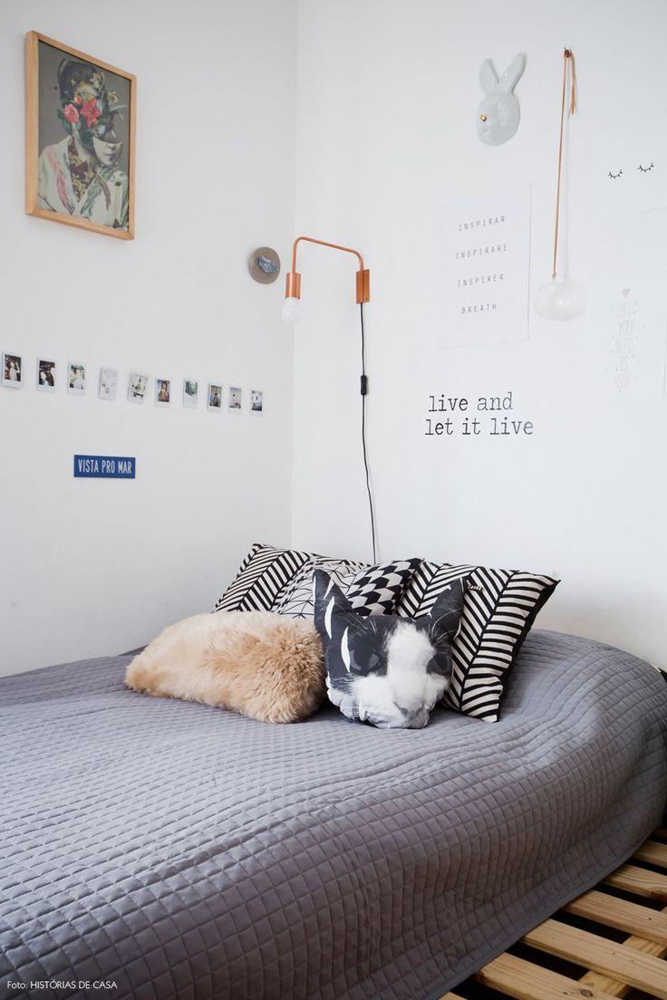 O quarto dessa adolescente tem tablado de pallet que serve como cama e criado mudo.