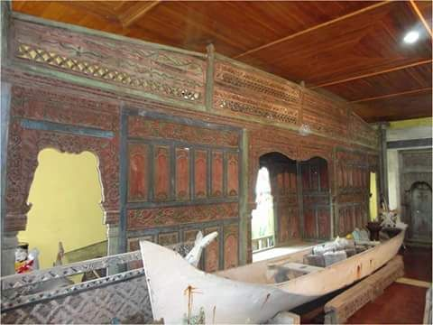 gebyok antique of very old eastern Java still uses lipstick red paint china is very suitable for the collection or build a house anda.ukuran gebyok 8,5m long 2.5m high position in bali Indonesian g…