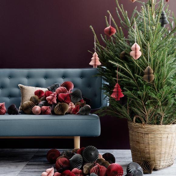 Christbaumschmuck aus Papier - Den zauberhaften Weihnachtsbaumschmuck aus Papier gibt es in verschiedenen Formen und tollen Farben. Von Broste Copenhagen für ca. 4,80 Euro beiwww.dekorativ-wohnen.de. #weihnachtsschmuck #christbaumschmücken #skandinavisch